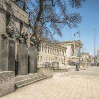 Памятник Республике на фоне австрийского парламента :: Виктор Тараканов