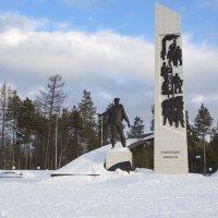 Памятник покорителям Севера :: Юрий Лутов