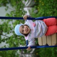 Младшенькая доча на качелях :: Станислав Максимов