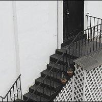 вниз по лестнице, идущей вверх :: galina bronnikova
