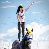 Элемент вольтижировки - стойка на спине коня :: Алиса Кондрашова