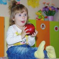 Большое яблоко и малютка :: Нина