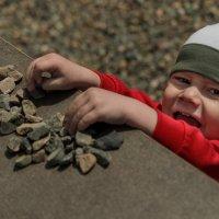 Веселый мальчик с камнями :: Виктория Многогрешнова