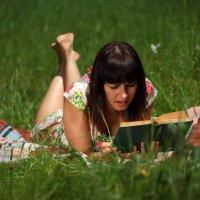 С книжкой, в парке, в летний день... Красота :: Вячеслав Ложкин