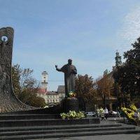 Львов. Памятник  писателю Тарасу Шевченко :: Ирина Диденко