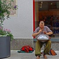 Уличный музыкант :: Galina Dzubina
