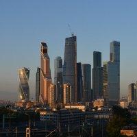 Москва сити освещённая восходящим солнцем :: Юрий Бичеров