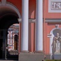 Вход в Крестовоздвиженскую Казачью церковь на Лиговском проспекте :: Фотогруппа Весна.