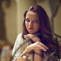 Портрет девушки в Итальянском дворике. :: Игорь Чернышенко