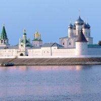 р. Волга, Макарьев монастырь :: Виталий Авакян