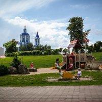 На детской площадке. :: Александр Селезнев
