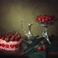 Натюрморт с клубничным тортом :: Ирина Приходько
