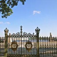 ворота ограды Домика Петра Первого на Петровской набережной :: Елена