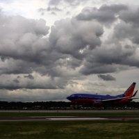 Cидим в самолете, ждем пока Southwest приземлится, может удастся убежать от шторма. :: Яков Геллер