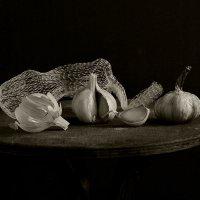 натюрморт с чесноком и сеткой :: Владимир Безгрешнов