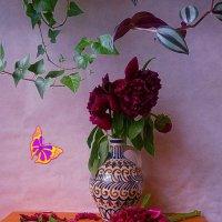 Пионы и бабочка :: Nina Yudicheva