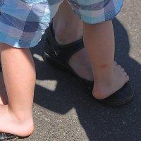 Опираясь на мамины ноги как на шар земной... :: Tatiana Markova