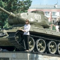 из под танка, в тот же миг, появился и танкист! :: Вячеслав