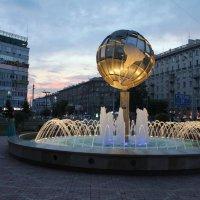 Фонтан на фоне розоватой вечерней зари :: Наталья Золотых-Сибирская