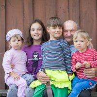 В окружении правнуков :: Alena Kindruk