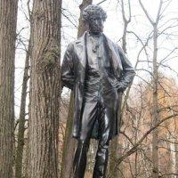 Памятник Пушкину в Остафьево :: Дмитрий Никитин