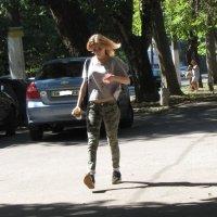 Летящей походкой в жару и с бутылкой воды :: Александр Скамо