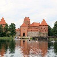 Средневековый замок Тракай в Литве на озере Гальве,  построен в XIII веке. :: vasya-starik Старик