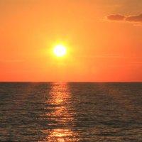 Багряный закат на Чёрном море :: Vladimir 070549