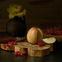 Натюрморт с яблоком. :: Григорий Гурьев