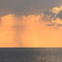 Закат на Чёрном море перед дождём :: Vladimir 070549