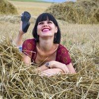 Девушка брюнетка на Сеновале в красной блузке :: Олеся Ханина