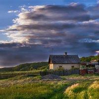 Домик одиночка на окраине просёлка.... :: Евгений Хвальчев