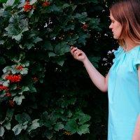 Ксюша нашла ягоду в городе :: Света Кондрашова