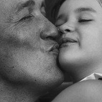 Нет никого привлекательнее, чем мужчина, который безумно любит своего ребенка. :: Марина Островская