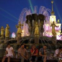 ночные посиделки у фонтана :: Олег Лукьянов