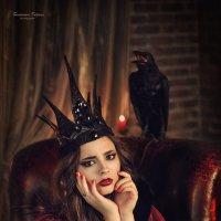 Кроваво-черная королева и ее верный слуга - ворон :: Татьяна Семёнова
