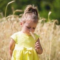девочка в поле с колоском :: Юлия