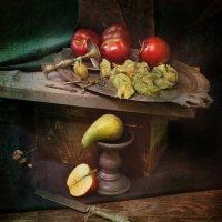 4 и 1/2 яблока с серебряным подносом. :: Игорь Терехин