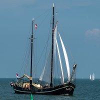 Парусник на прогулке в Северном море :: Witalij Loewin