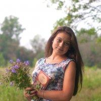 Девушка с цветами и книгой. :: Алексей Ковынев