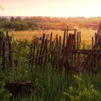 Там за изгородью засыпает солнышко :: Юрий Морозов