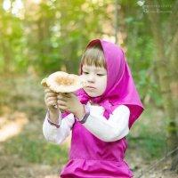 Машенька за грибочками пришла! :: Оксана Романова
