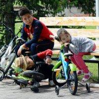 Дети на скамейке :: Асылбек Айманов