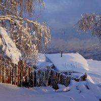 Ветхая избушка вся в снегу стоит :: Галина Подлопушная