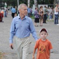 Дедушка с внуком... :: Александр Широнин