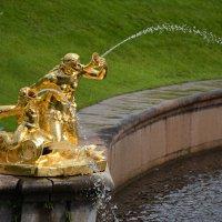 Из золотых скульптур, слепящих взоры, льются хрустальные струи воды. :: Anna Gornostayeva
