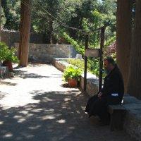 Служитель монастыря Богородицы Видиани. Крит :: Наталия Павлова
