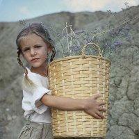 Девочка с корзиной :: Elena Fokina