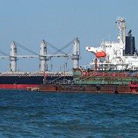 Не обойтись большому кораблю без помощи портового буксира! :: Наталья