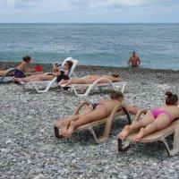 Лежат девчонки, лежат в сторонке... :: Михаил Битёв